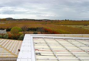 1 novembre 2010. Vue d'une charpente avant la pose des tuiles et de la structure destinée à recevoir les panneaux solaires.