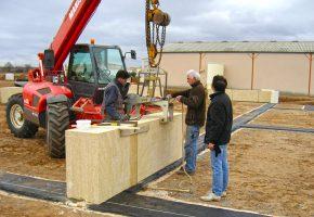 3 décembre 2008. Je pose, avec l'aide de Jean-Pierre, les premières pierres.
